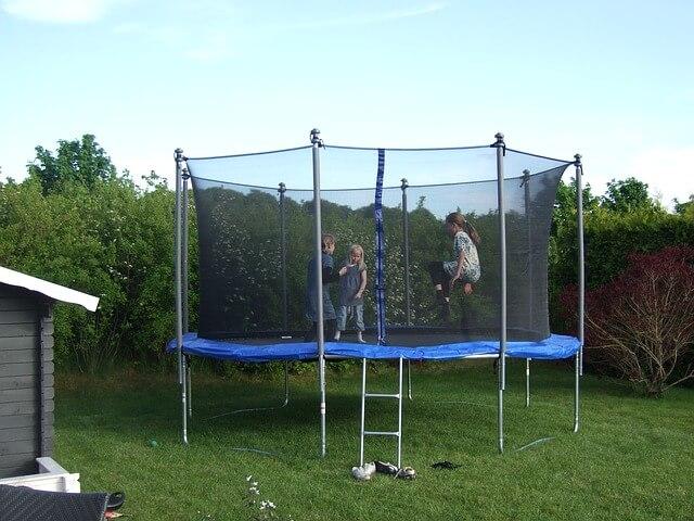 Sicher trampolinspringen mit Sicherheitsnetz